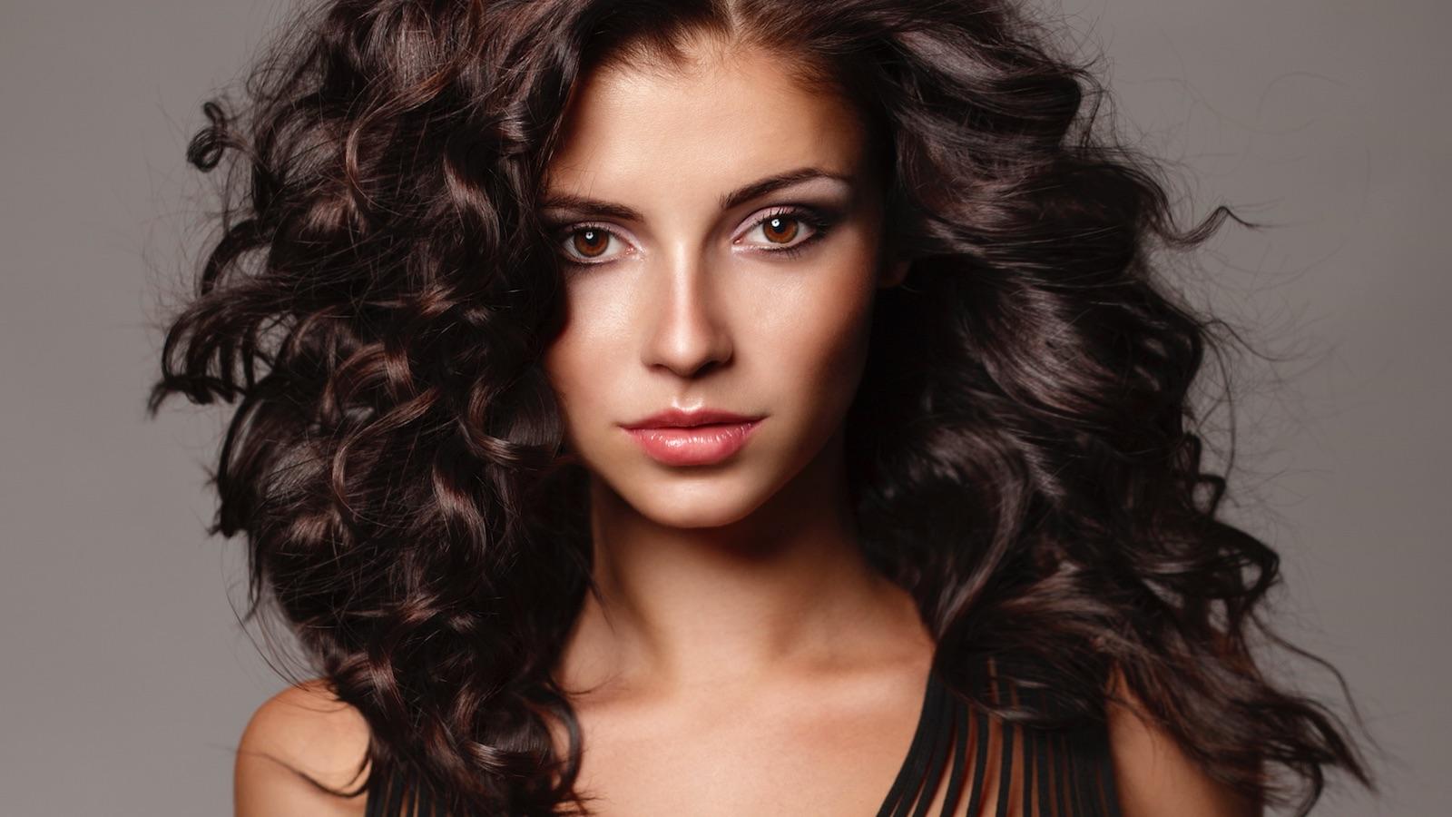 Avete capelli castani con riflessi ambrati o mielati? Siete tra le più fortunate in fatto di scelta del make up.