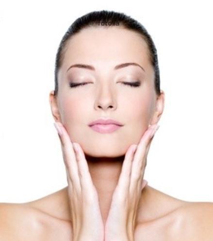Come prendersi cura del proprio viso: i consigli per una pelle normale