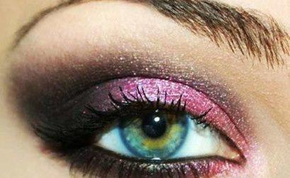 Un trucco rosa e grigio per gli occhi verdi e azzurri