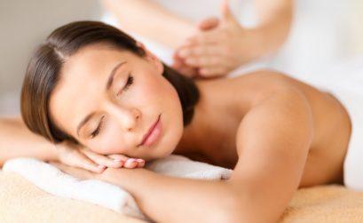 Care amiche, una seduta di massaggio è uno degli appuntamenti più graditi da molte di voi. Il massaggio non solo agisce positivamente su organi e tessuti ma regala una piacevole sensazione di benessere che investe anche la mente. Una domanda che mi sento porre di frequente è: quanto tempo deve passare tra un massaggio e l'altro? Toccherà alla vostra estetista fissare la giusta cronologia ma solitamente è bene prevedere un intervallo di almeno una settimana tra un massaggio e l'altro. Per un buon trattamento consiglio di fissare un ciclo di dieci, dodici sedute e di seguire un periodo di riposo prima di iniziare un ciclo nuovo. Questo perché i tessuti, che si sono abituati allo stimolo, dopo un po'di tempo non reagiscono più alle sollecitazioni con la prontezza delle fasi iniziali. Un ulteriore consiglio è quello di sottoporsi a un massaggio nelle ore lontane dai pasti per evitare problemi di digestione.